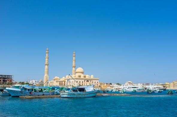 Barci vechi de pescuit in portul de langa Moscheea Centrala, Hurghada, Egipt
