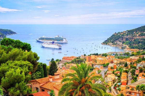 Vas de croaziera ancorat intr-o laguna langa Nisa (Nice), Franta